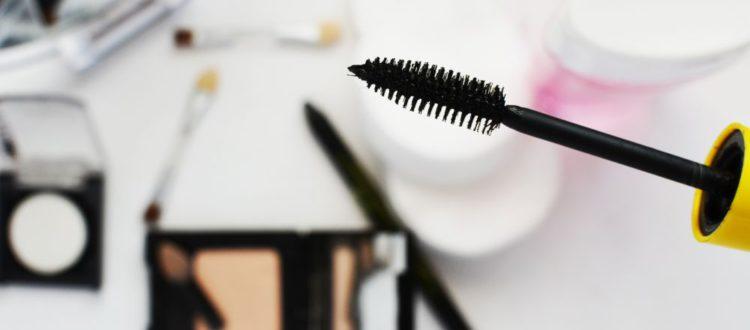 6 itens de maquiagem que não podem faltar na sua bolsa